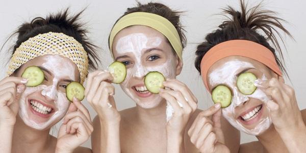 подружки делают маски