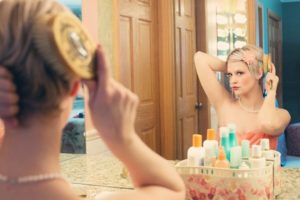 женщина у зеркала