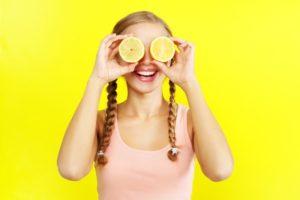 улыбающаяся девушка с лимонами